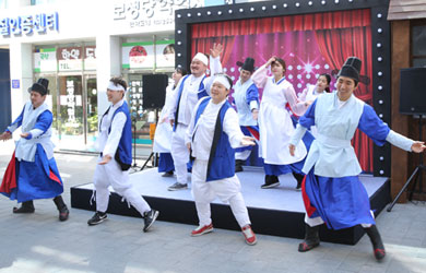 Madangguk (Traditional Korean Performance) - Indispensible persons on the Street